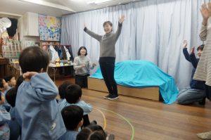 Chinami先生がその下をくぐり抜けました。