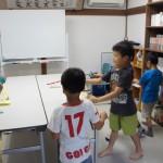 できた鉄砲の試し打ちを始める生徒たち。
